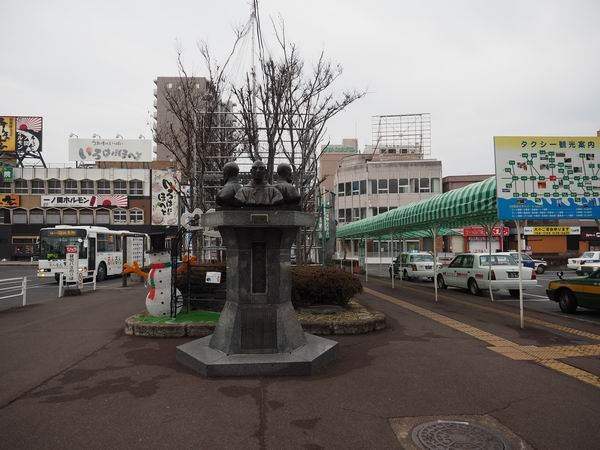 一ノ関駅の大槻三賢人の像の写真