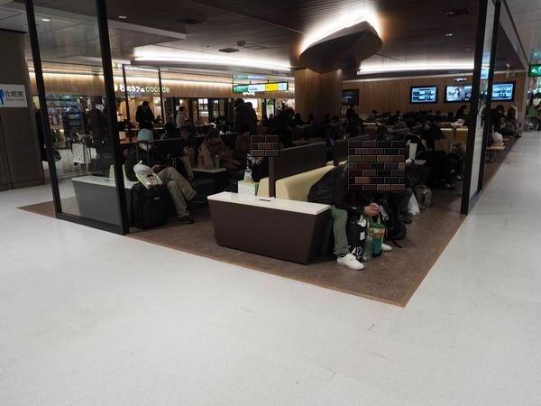 仙台駅三階の電源の椅子の風景3
