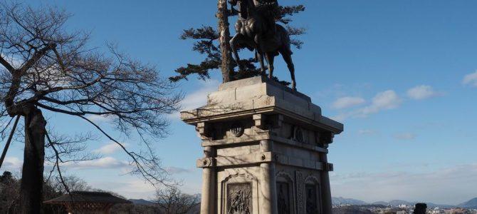 伊達正夢公の銅像を角度を変えて