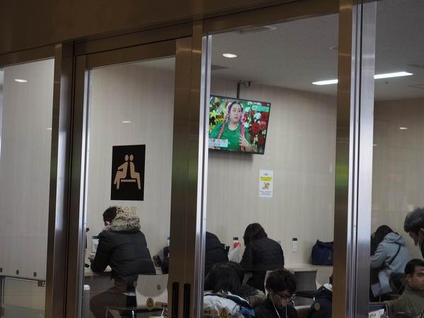 仙台駅二階待合室の電源の風景