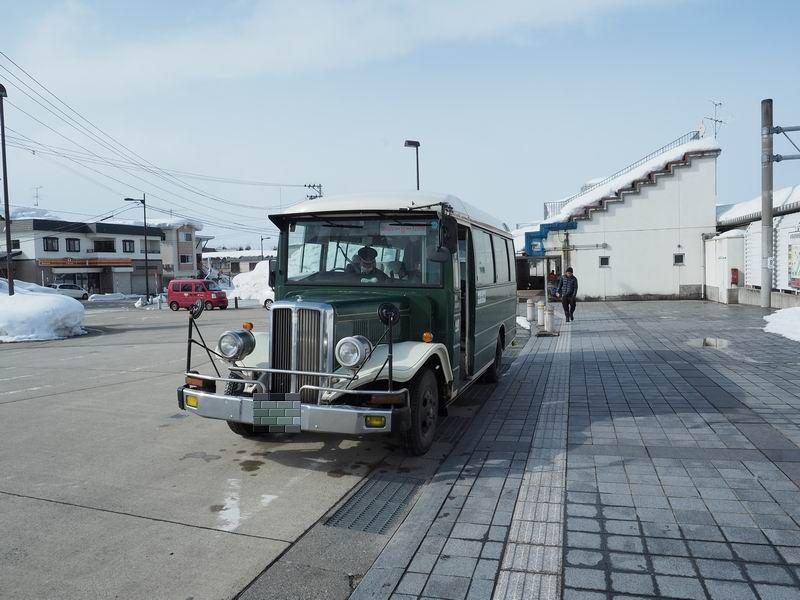 大石田駅のボンネットバスの写真