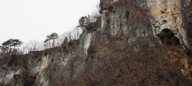 猊鼻渓舟下り切り立った崖の写真