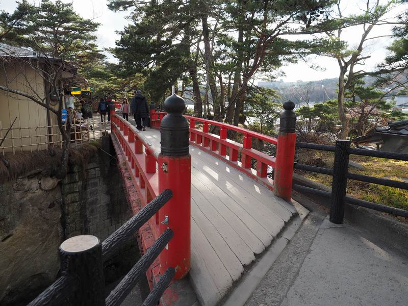松島五大堂の最初の赤い橋が迎えてくれる風景