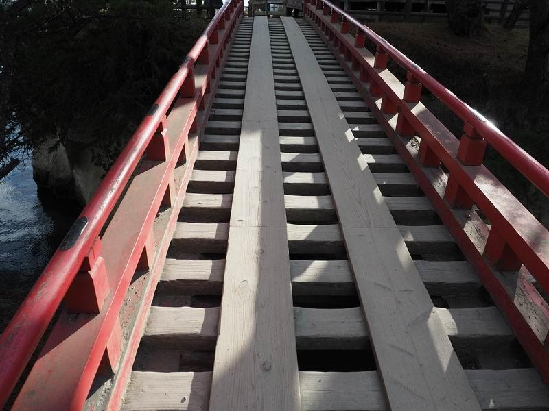 五大堂の透かし橋の全景写真