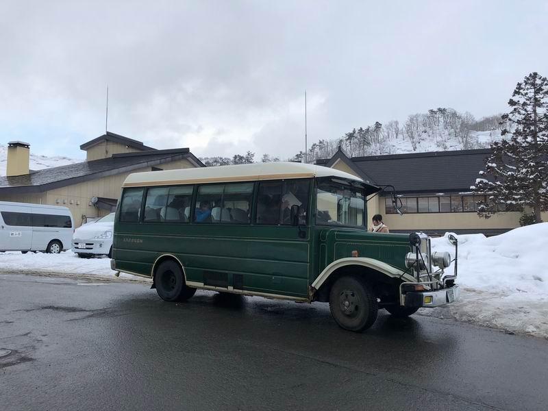 銀山温泉の名物のボンネットバス
