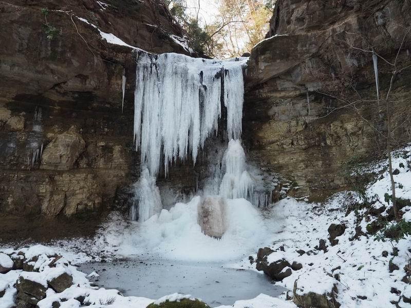 山居沢不動尊の凍った滝