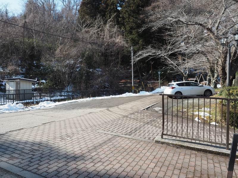 山居沢不動尊の駐車場の風景