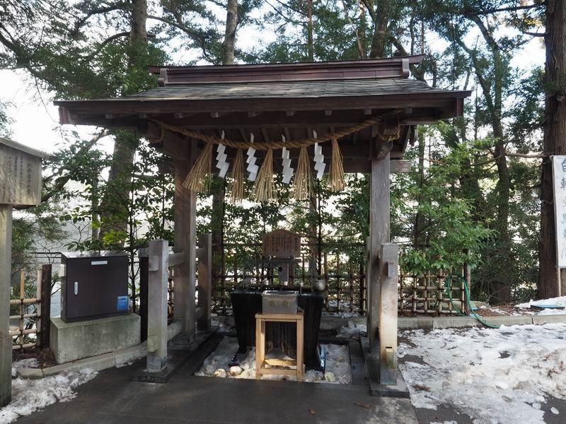 大崎八幡宮鳥居脇の手洗い場