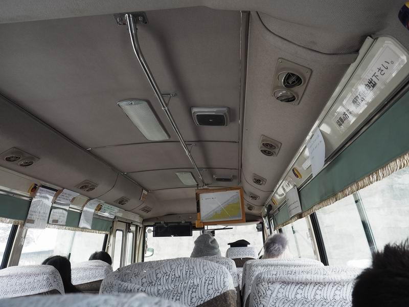 銀山温泉ボンネットバスの車内風景
