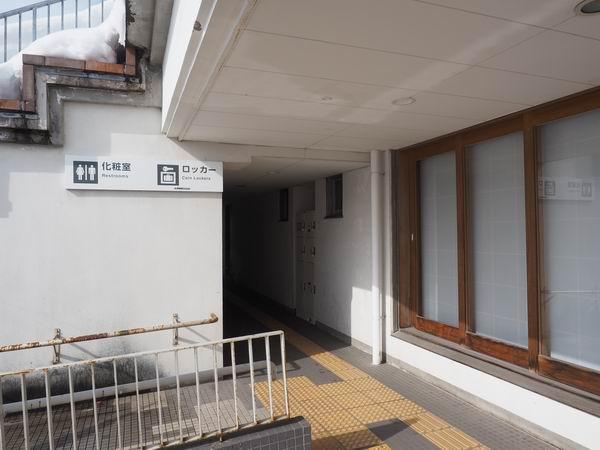 大石田駅のコインロッカーの入り口トイレ脇
