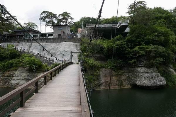 塔のへつりの夏の風景写真つり橋を反対から見た風景