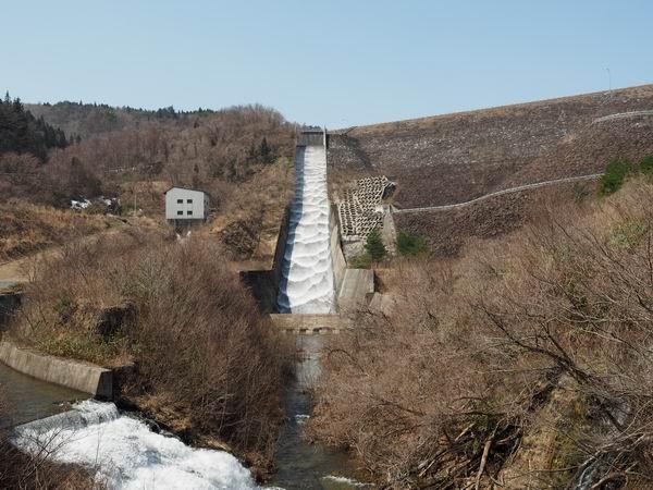 荒砥沢ダムの放流の風景