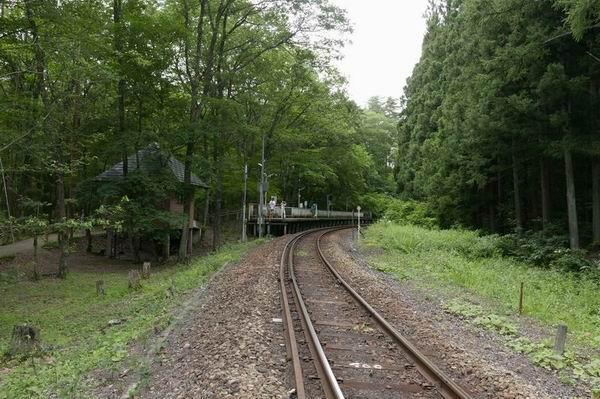 塔のへつり駅の夏の風景
