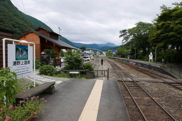 湯野上温泉駅のホームの中の風景写真