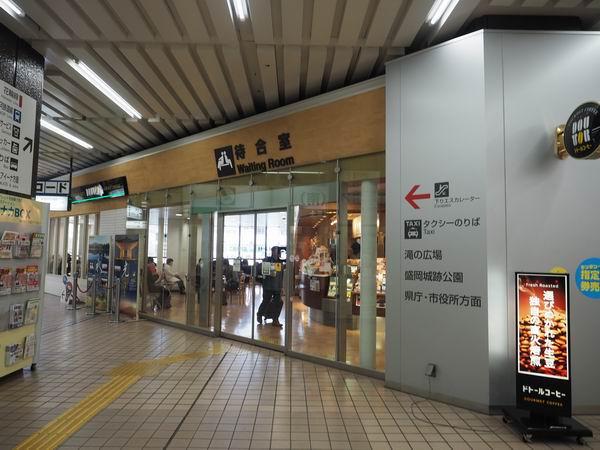 盛岡駅の待ち合わせ場所の二階の待合室の風景