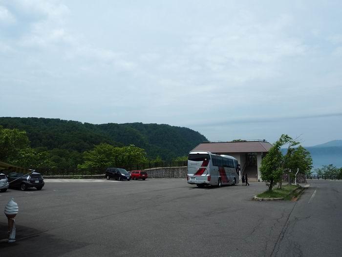 発荷峠展望台の駐車場と休みどころの風景