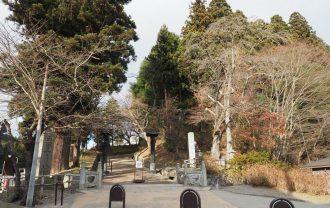 中尊寺の参道の月見坂の入り口