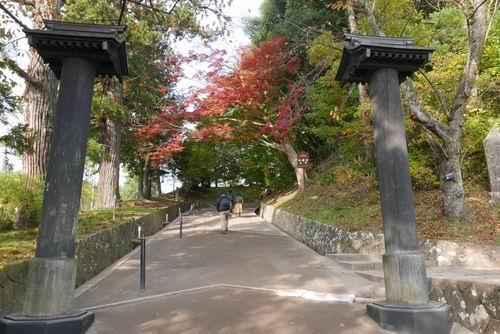 中尊寺山門の月見坂の風景