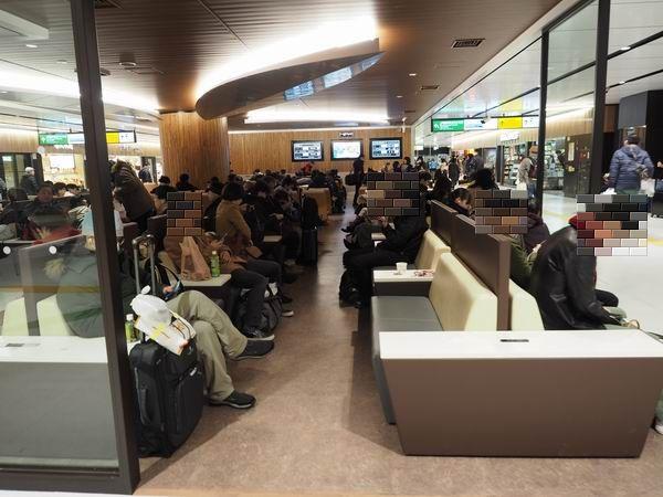 仙台駅三階の電源の椅子の風景