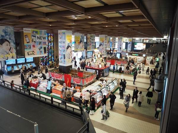 仙台駅二階の中心のお土産売り場