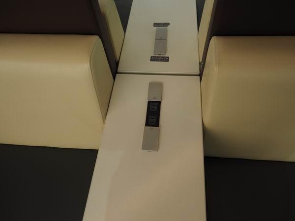 仙台駅三階の電源の椅子の風景2