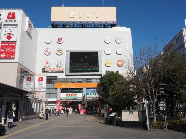 仙台駅東口の一般車両乗り入れ場の待合ベンチの風景