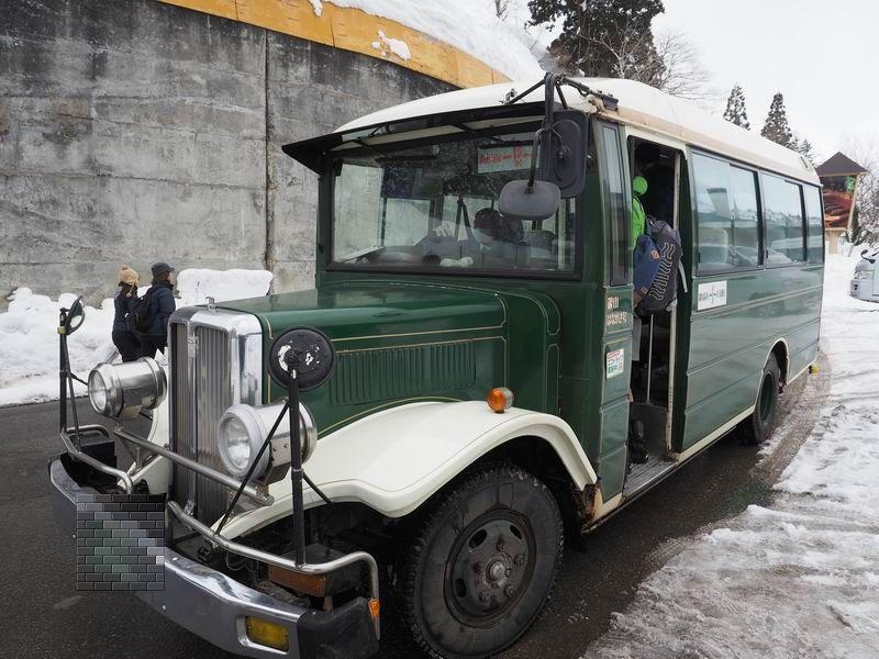 銀山温泉のボンネットバスの風景写真