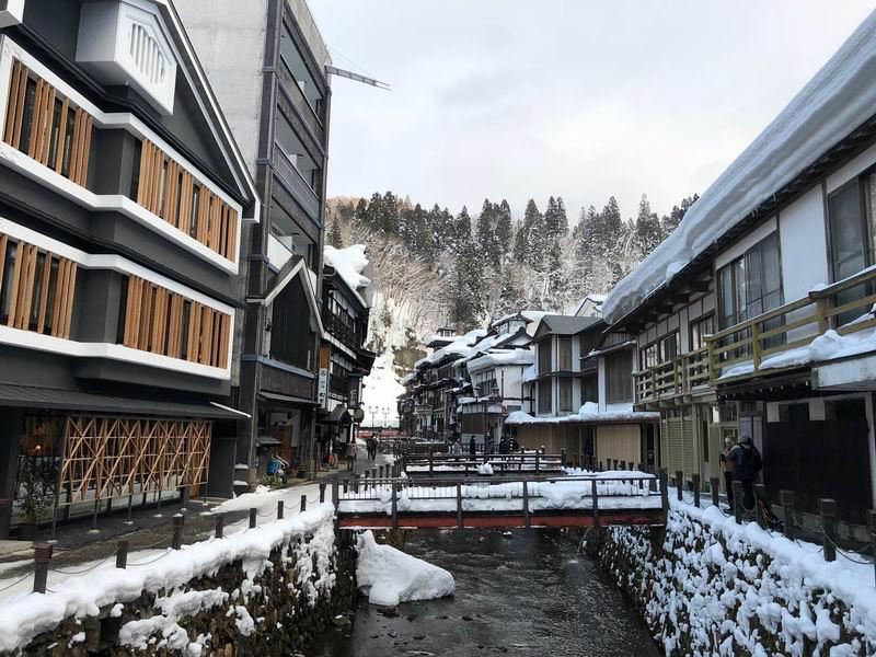 銀山温泉の昼の風景写真