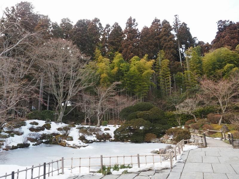 円通院の池の水も凍った風景