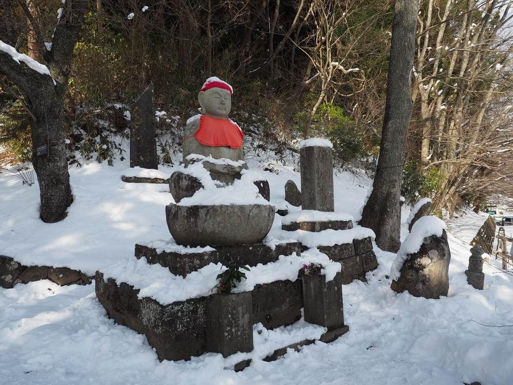 中尊寺の月見坂の隣の地蔵様