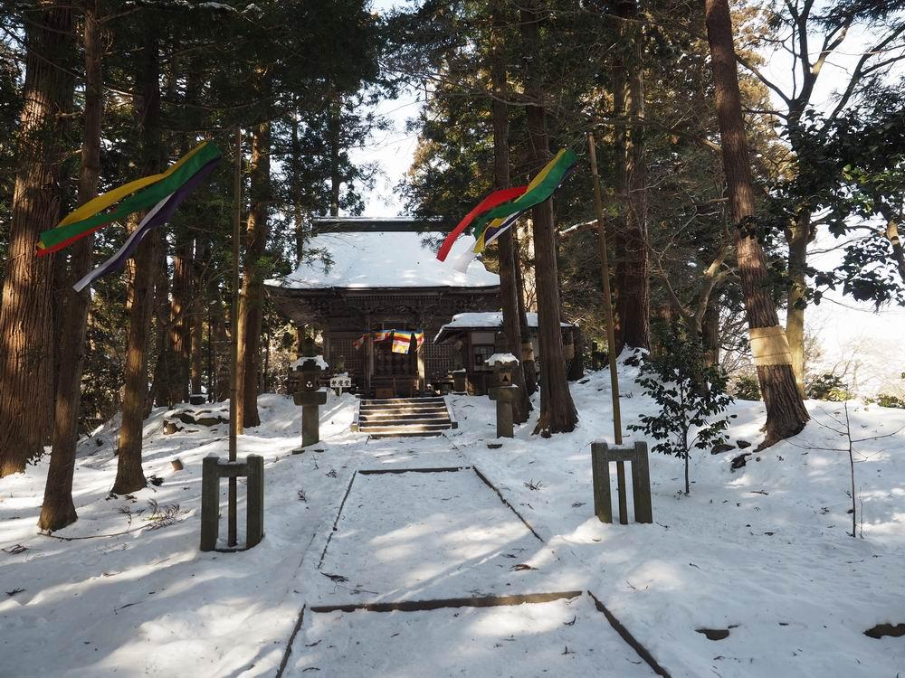 中尊寺の月見坂のお堂の冬の風景