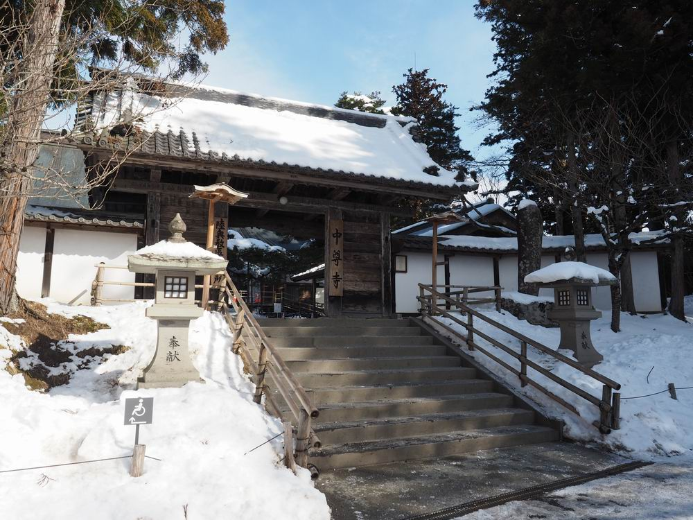冬の2月の中尊寺の本堂の入り口の風景