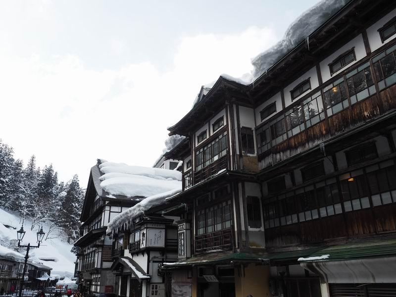 銀山温泉の日中の風景写真