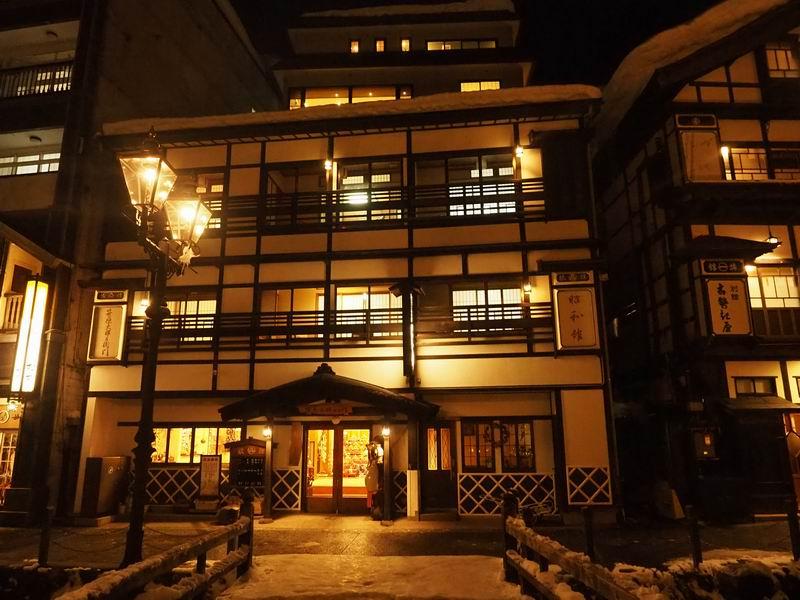 昭和館の夜のガス灯の風景