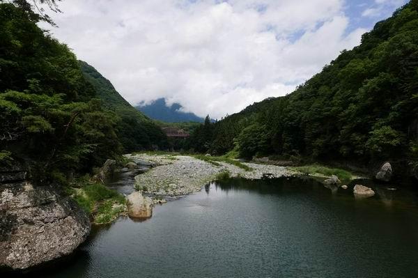 塔のへつりの夏の風景写真つり橋から上流方向