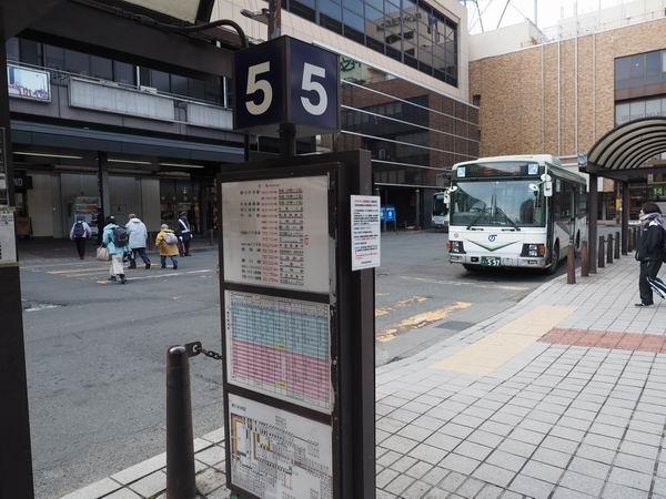盛岡駅の5番乗り場バス停の風景