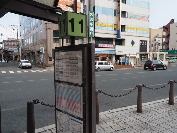 盛岡駅11番乗り場のバス停の風景写真