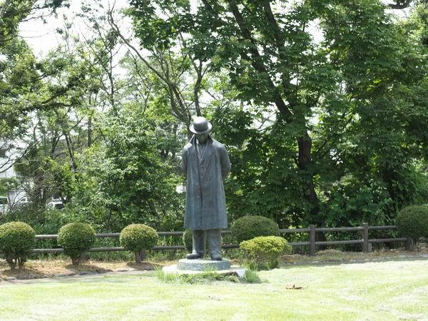 羅須地人協会を遠くから見る賢治先生の銅像
