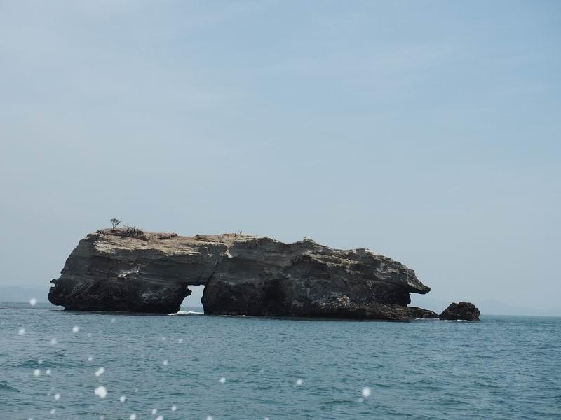奥松島嵯峨渓の海に浮かぶ岩の写真