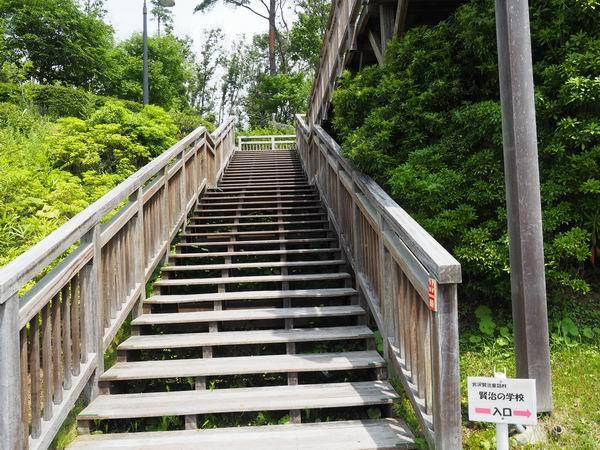 木造校舎の入り口の階段風景