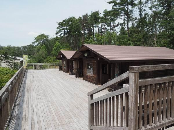 宮沢賢治童話村の施設正面の木造教室の並んでる風景写真