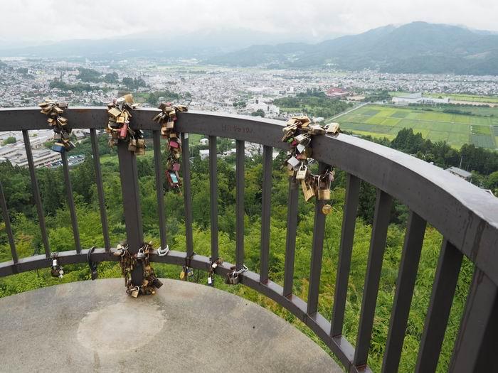 恋人の聖地花咲山展望台の南京錠の写真