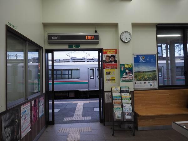 石越駅の改札の風景写真