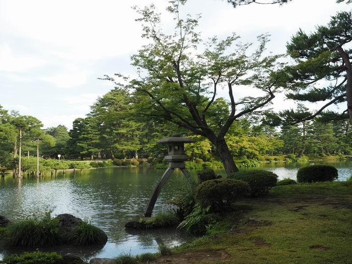 霞ヶ池・徽軫灯籠(ことじとうろう)の風景写真