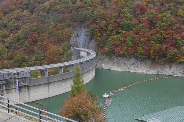 鳴子ダムの紅葉の風景写真