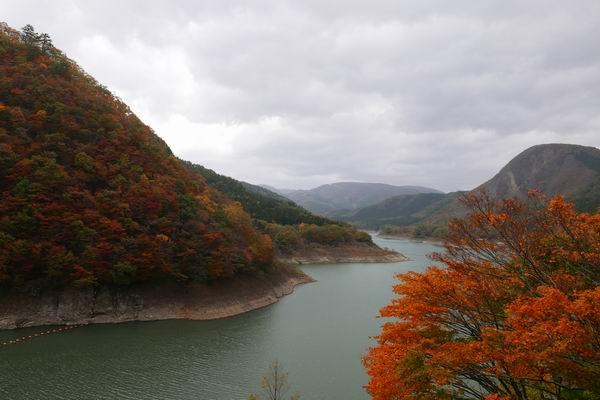 鳴子ダムの紅葉写真