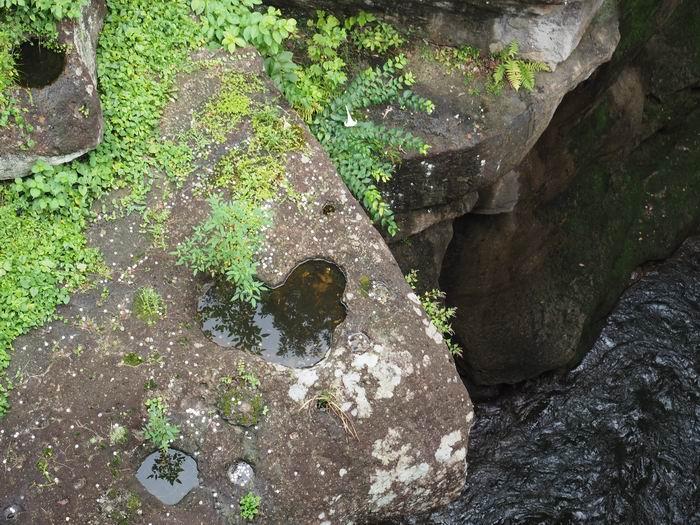 磊々峡の恋人の聖地の証明の石に刻まれたハートマークの写真