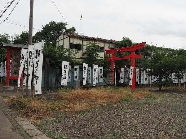 駐車場わきの秋保神社の門を横に見た風景写真