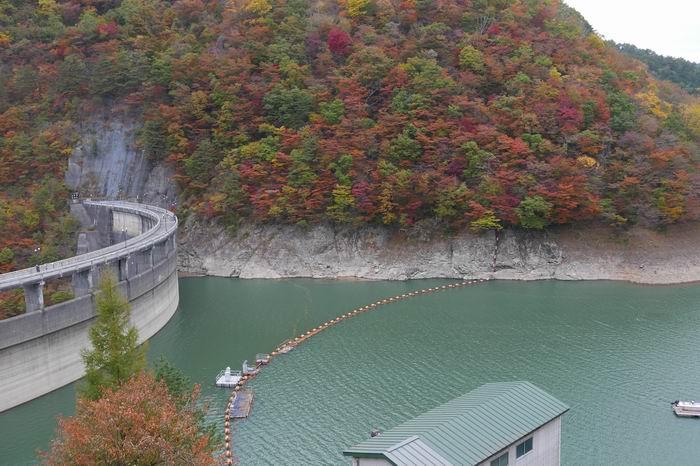 鳴子ダムの秋の紅葉の風景写真
