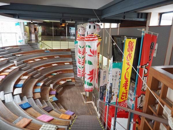 鳴子温泉駅の待合室の風景写真